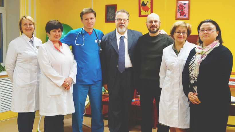 Итальянские благотворители (в центре) с представителями регионального минздрава и сотрудниками областной детской больницы