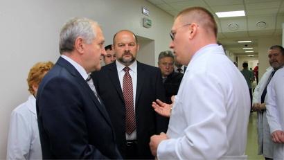 Главный врач больницы Игорь Петчин рассказал Владимиру Булавину и Игорю Орлову о возможностях  нового хирургического корпуса