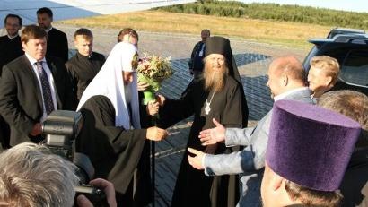 В аэропорту Соловков Патриарха встречал губернатор Игорь Орлов. Фото Павла Кононова