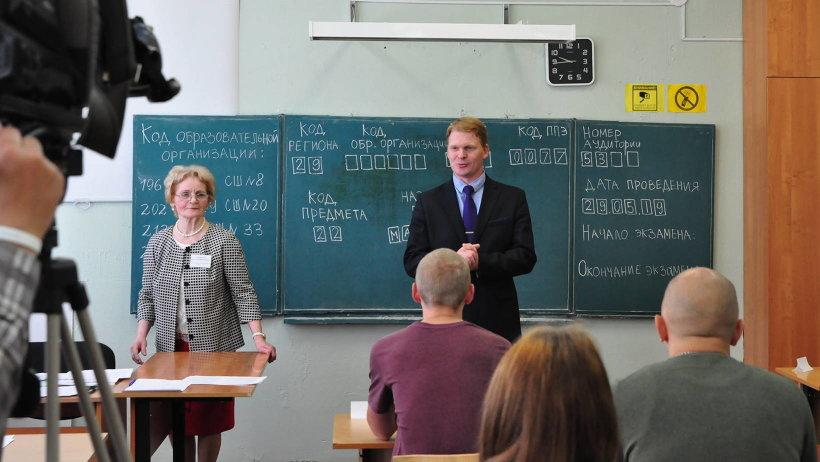 Министр образования и науки Архангельской области Сергей Котлов посетил пункт проведения ЕГЭ, расположенный в школе №17 столицы Поморья