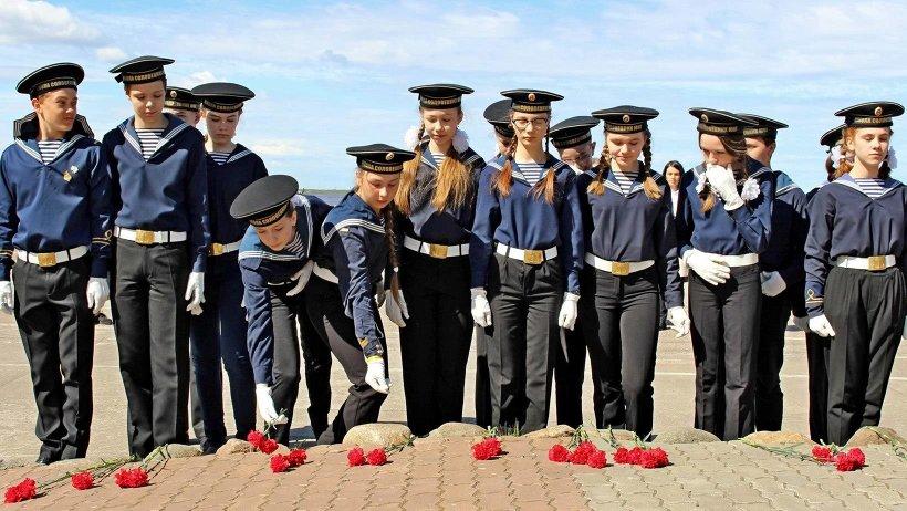 Участники мероприятия возложили цветы к памятнику Соловецким юнгам