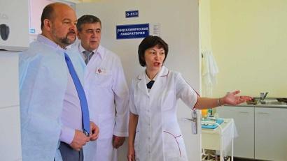 Глава региона посетил лабораторию больницы, работающую по новейшим технологиям