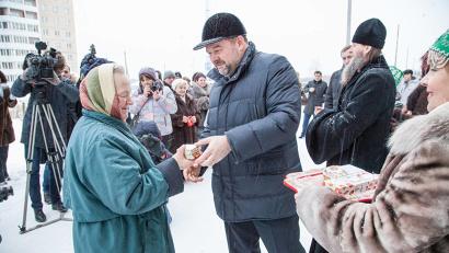Игорь Орлов вручает ключи новосёлам