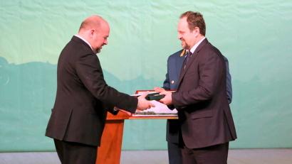 Министр природных ресурсов и экологии РФ вручил губернатору Архангельской области Почётную грамоту и памятный знак