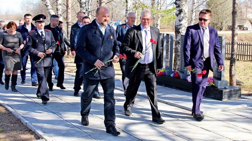 Глава региона возложил цветы к мемориалу в Козьмино