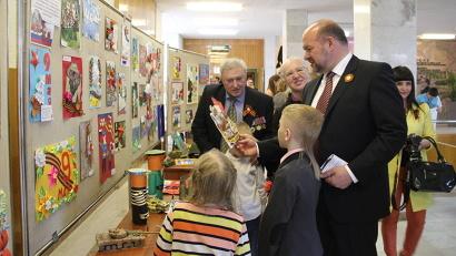 Губернатор Игорь Орлов ознакомился с работами ребят и пообщался с маленькими художниками