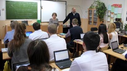 Губернатор прочитал одиннадцатиклассникам мини-лекцию о выборе профессии и любви к малой родине
