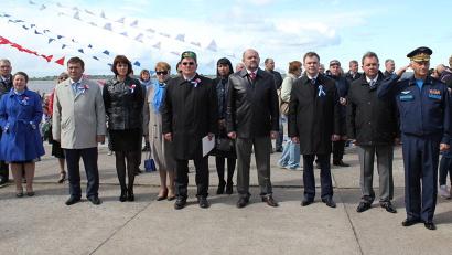 Врио губернатора Игорь Орлов и члены делегации республики Татарстан во время исполнения государственного гимна России