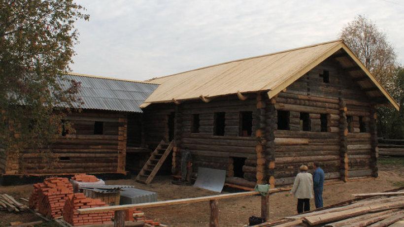 В избе возведены стены, уложены полы, потолки и крыша на хозяйском доме и зимовке
