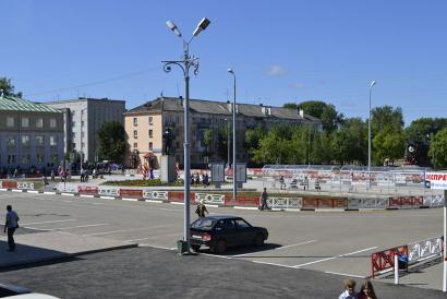 На ремонт покрытия площади из областного бюджета было выделено 16 миллионов рублей. Ещё 4 миллиона внёс местный бюджет. Фото газеты «Вечерний Котлас»