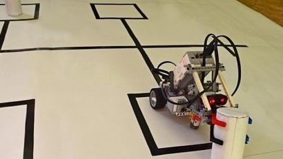 По условиям конкурса, участники сами изготавливают робота и испытательное поле