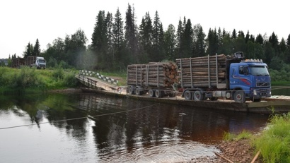 Понтонная переправа через реку Кимжу обеспечивает проезд на Мезень и Лешуконское. Фото агентства «Архангельскавтодор»