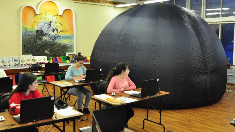 Подготовка к работе мобильного планетария занимает 15-20 минут