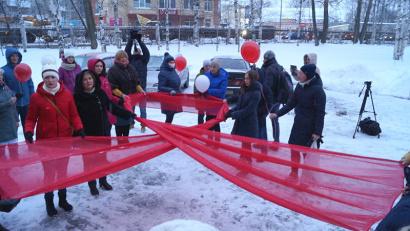 Красная лента и запуск шаров в небо – традиционный флешмоб ко Всемирному дню борьбы со СПИДом