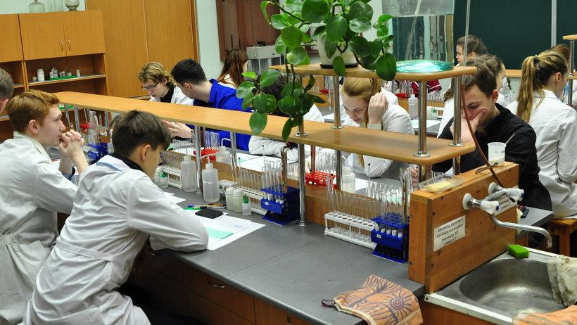 Почти 60 старшеклассников Архангельской области собрались в столице Поморья, чтобы выявить лучших знатоков химии