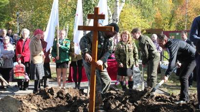 На братской могиле установлен крест