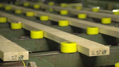 За пять месяцев 2015 года на комбинат поступило и переработано 157 400 кубометров пиловочника. Фото Сергея Сюрина