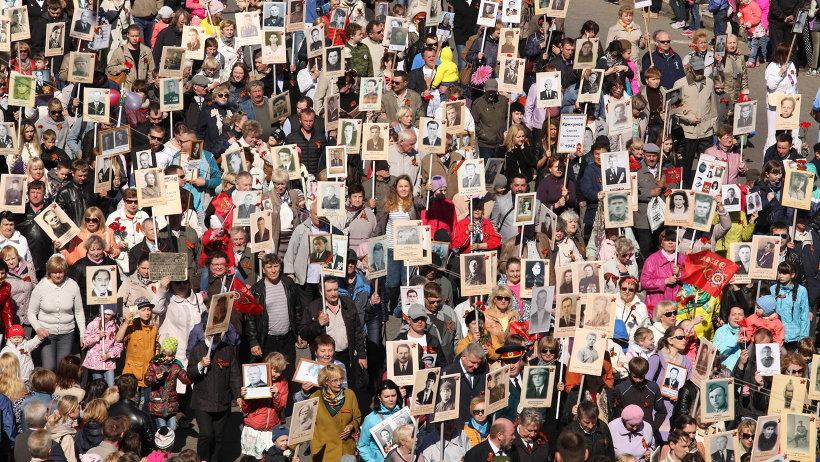 Портреты своих родных, ковавших Победу на фронте и в тылу, пронесли по главной улице областного центра их родные