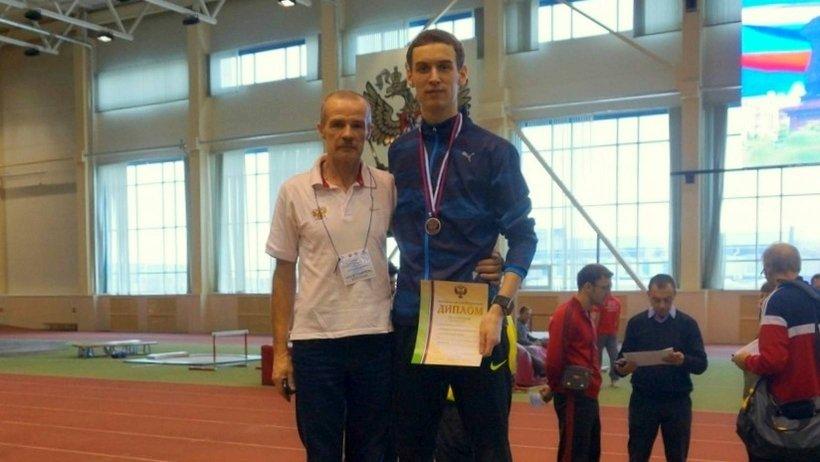Иван Супрун с наградой и его тренер Андрей Чернов