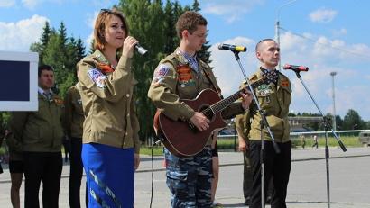 Для открытия юбилейной стройки бойцы стройотрядов из Томска и Северодвинска подготовили музыкальное приветствие