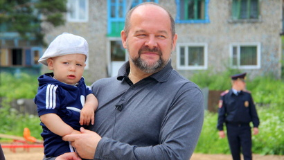 Рядом с домом оборудована детская площадка, чему особенно рад новосёл Матвей Ветров