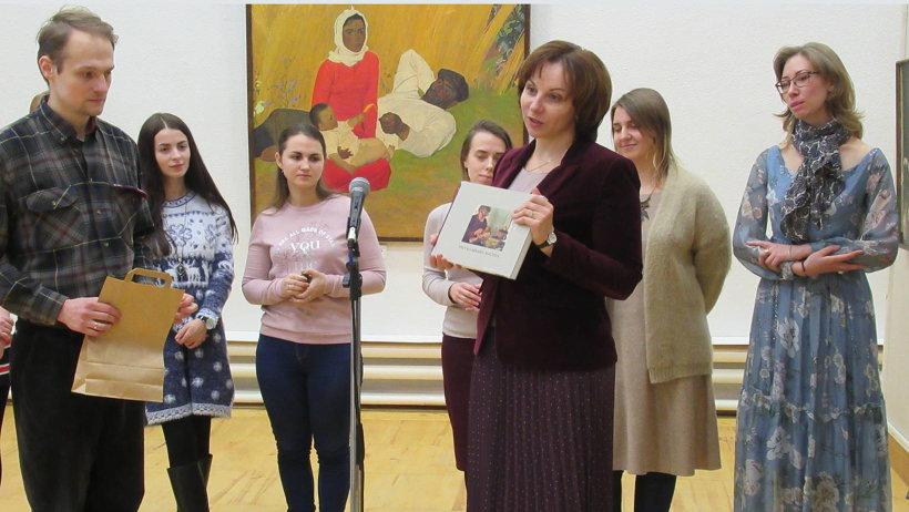 Елена Кутукова вручила будущим реставраторам и их наставникам книги о знаменитых мастерах Поморья