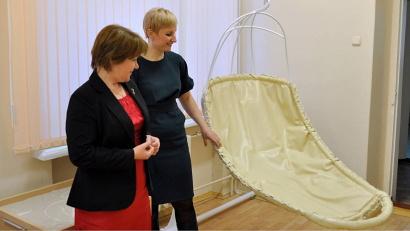 Директор Приморской школы Людмила Зеновская показывает новый кабинет, предназначенный для работы с «особыми» детьми