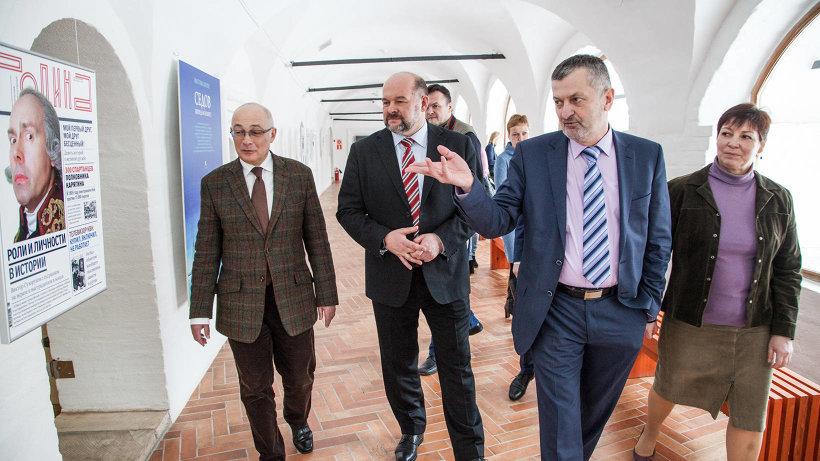 Экспозицию главе региона представили шеф-редактор журнала Игорь Коц и его заместитель Семён Экштут