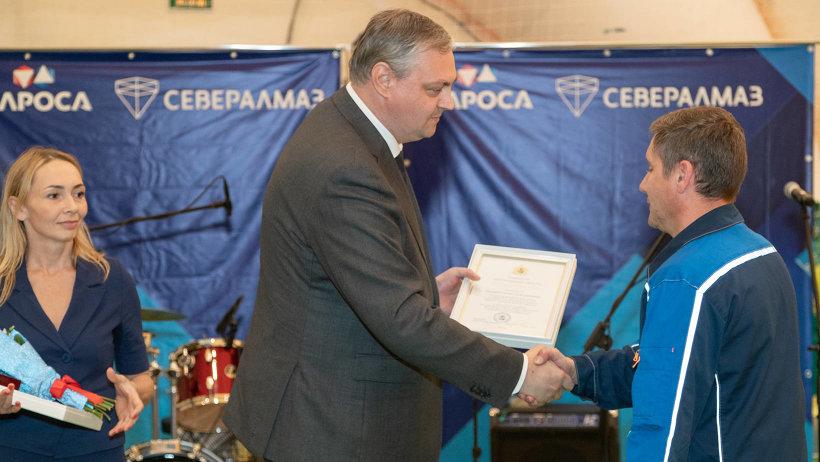 От имени губернатора Игоря Орлова сотрудников предприятия поздравил Алексей Алсуфьев