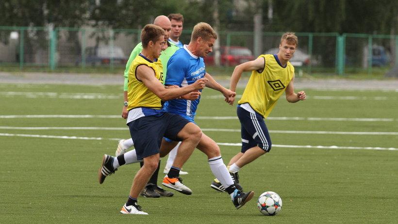Товарищеский матч между сборной правительства области и командой мастеров «Водник» прошёл в напряжённой борьбе