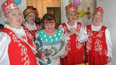 В честь именинницы пели солистки Верхнетоемского народного хора