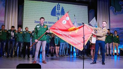 Новая традиция - передача переходящего знамени лучшего молодёжного отряда