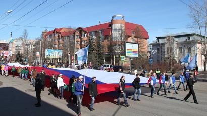 Впереди колонны молодёжь Поморья несла 50-метровый флаг Российской Федерации