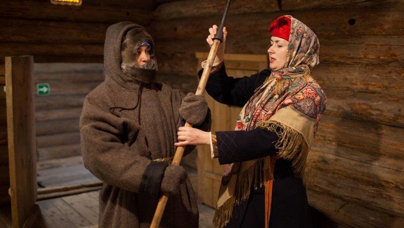 Наталия Скоморохова ведет экскурсию. Фото предоставлено пресс-службой музея «Малые Корелы»