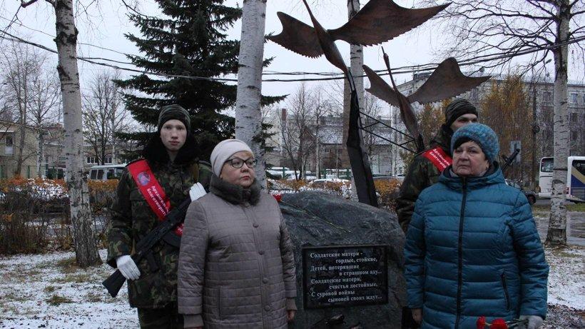 Памятный знак солдатским матерям открыли Валентина Кобылинская и Татьяна Рязанцева