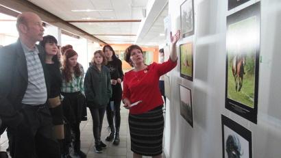 Экскурсию по выставке провела руководитель направления коневодства Архангельского НИИ сельского хозяйства Ирина Юрьева