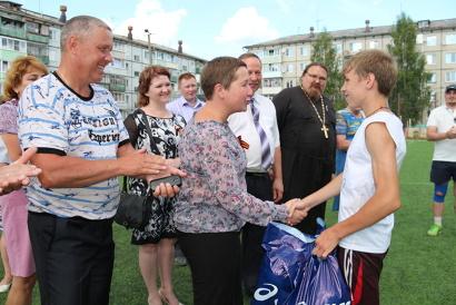 Министр по делам молодёжи и спорту Елена Доценко вручила подарки юным футболистам