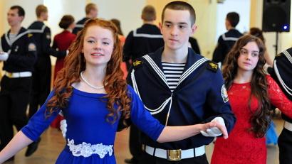 Открыл танцевальный марафон полонез в исполнении старшеклассников морского кадетского корпуса