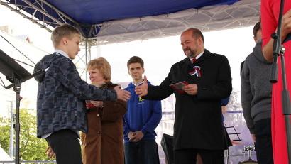 В рамках акции свои первые паспорта из рук губернатора получили северяне, достигшие 14-летия