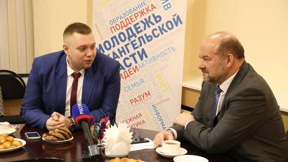 На память об успехе региональных кавээнщиков Богдан Сиволап вручил губернатору памятную медаль 30-го, юбилейного фестиваля «Голосящий КиВиН»