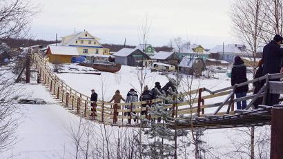 Гости Поморья осмотрели построенный тосовцами деревянный подвесной мост через реку Малкурья в Приморском районе