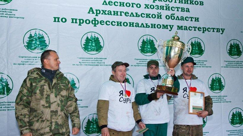 Кубок победителям вручил министр природных ресурсов и ЛПК региона Александр Ерулик