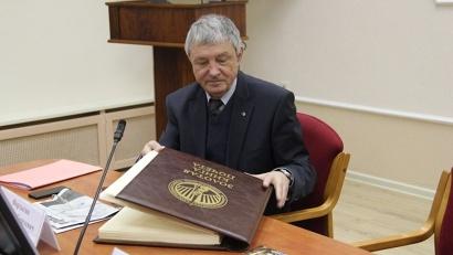 Председатель оргкомитета Виталий Фортыгин знакомится с Золотой книгой почёта «Достояние Севера»