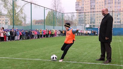 Символический мяч в футбольные ворота забивает пятиклассник Александр Померанцев