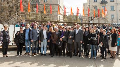 Труппа МДТ на площади Мира в столице Поморья