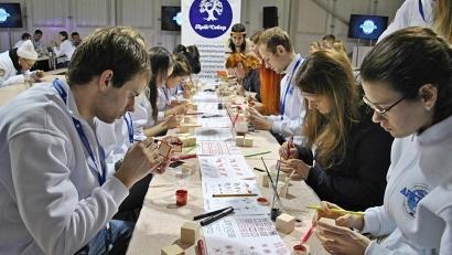 Завершением дня стал мастер-класс по мезенской росписи, организованный объединением «Арт-Север»