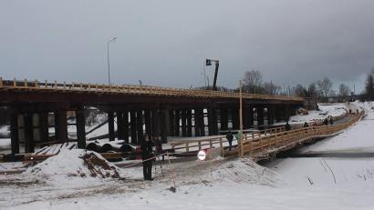 За пять недель подрядчиками построен мост длиной 150 метров, обустроены подъезды к нему длиной 350 метров. Фото газеты «Вельские вести»