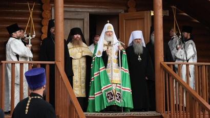 Предстоятель Русской Православной Церкви совершил службу в храме святого Николая Мирликийского в посёлке Белушья Губа