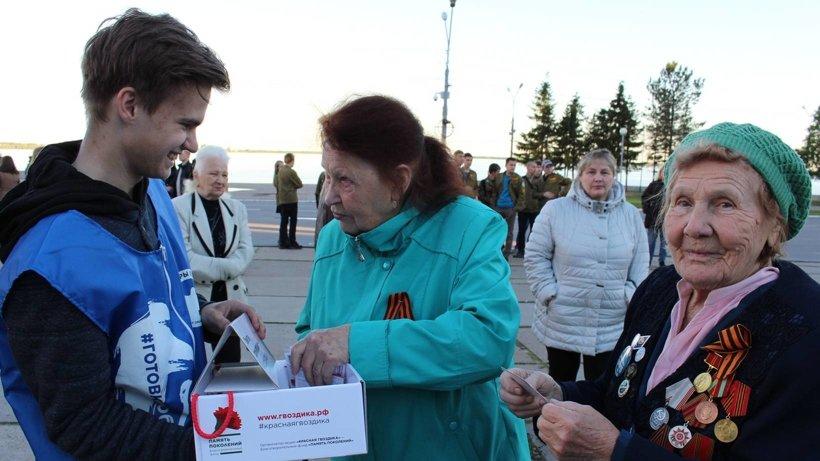 За месяц волонтёры распространили более трёх тысяч значков с изображением красных гвоздик