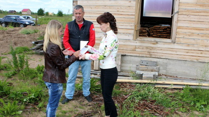 Глава района Светлана Бральнина вручила землякам свидетельства... Фото пресс-службы администрации Котласского района